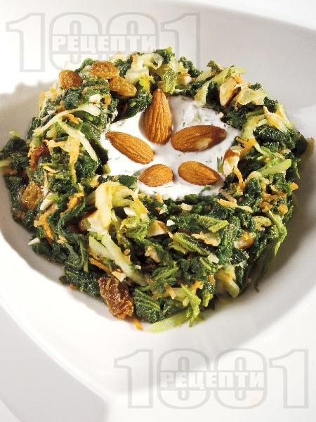 Салата от попарена коприва, морков и краставица и сос от кисело мляко, сирене фета, чесън, копър и орехи - снимка на рецептата